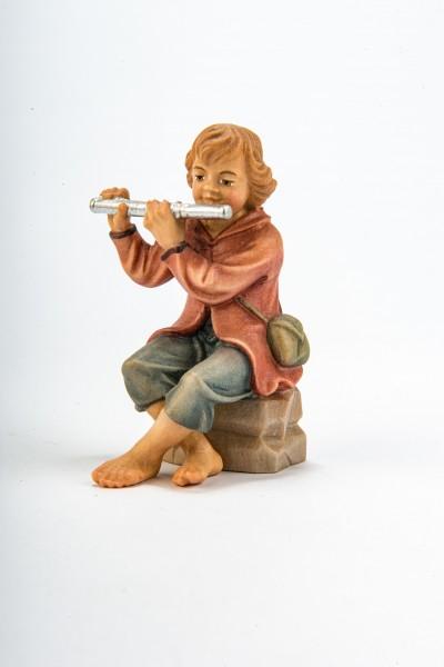 Junge mit Flöte sitzend